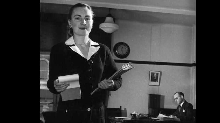 Female bank clerk at work, state head office of National Bank of Australia, 1953