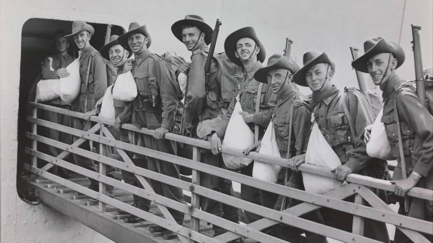 Men of the 6th Division AIF boarding a troopship, about 1940