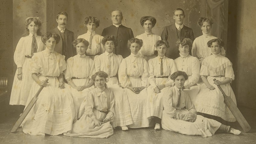 Black and white photo of a ladies cricket team